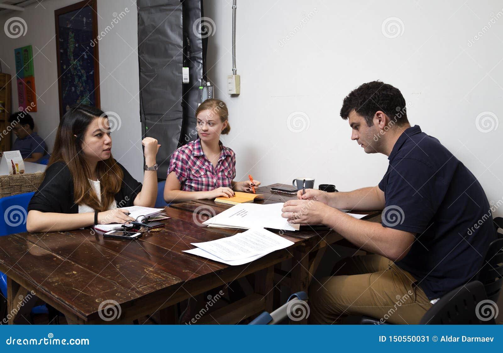 En grupp människor att diskutera idéer i ett kafé, tillfälligt affärsmöte