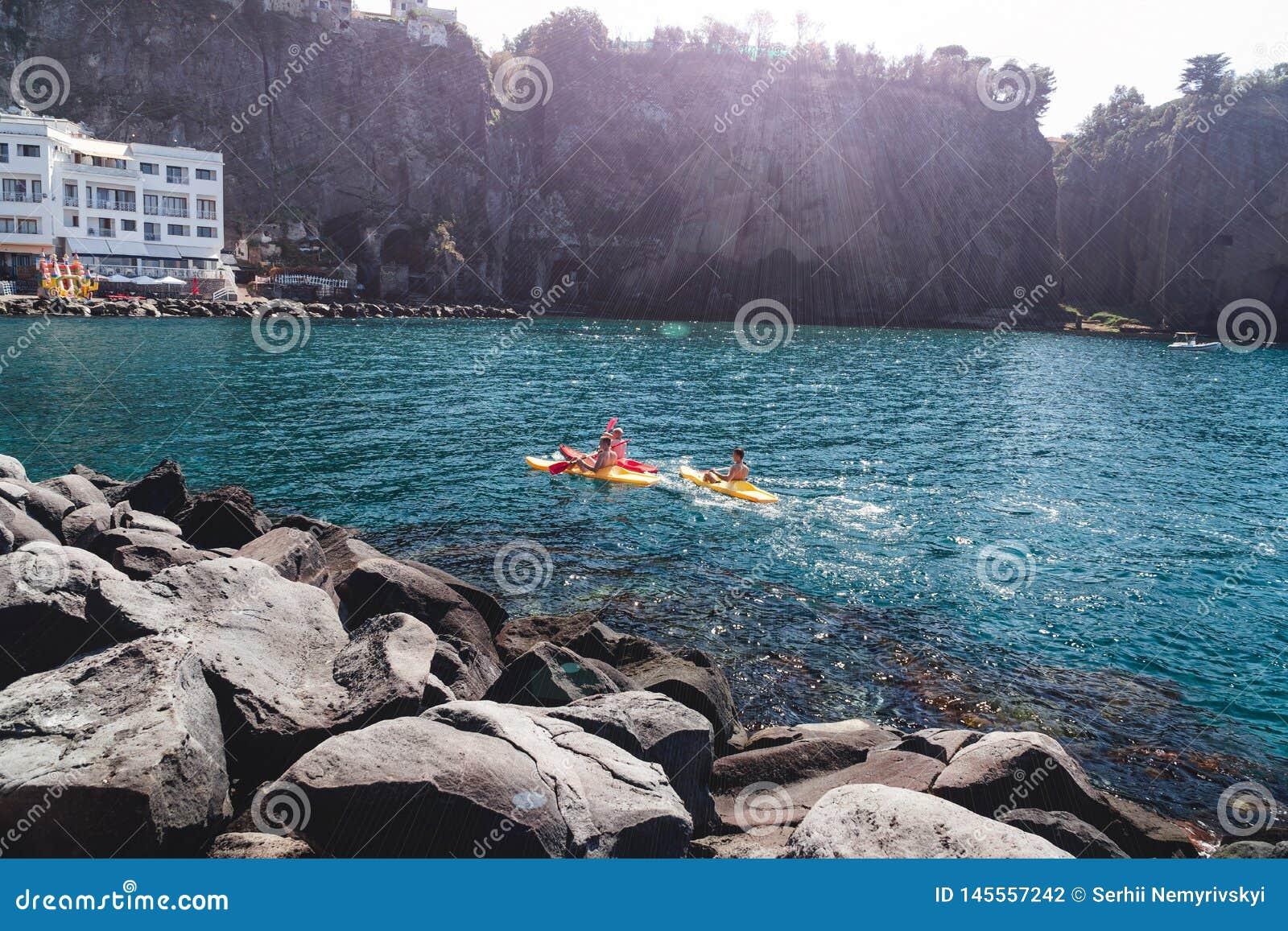 En grupp människor på kajaker seglar Italien Sorrento, Metafjärd är den populära turist- destinationen för sport som kayaking och