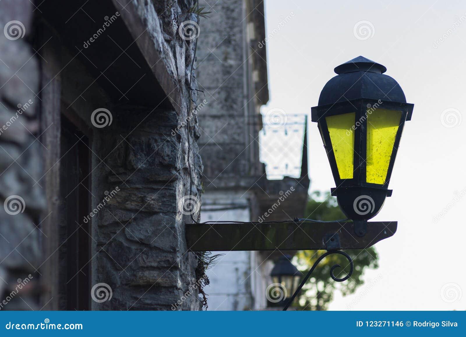 EN GUL LAMPA PÅ GATAN