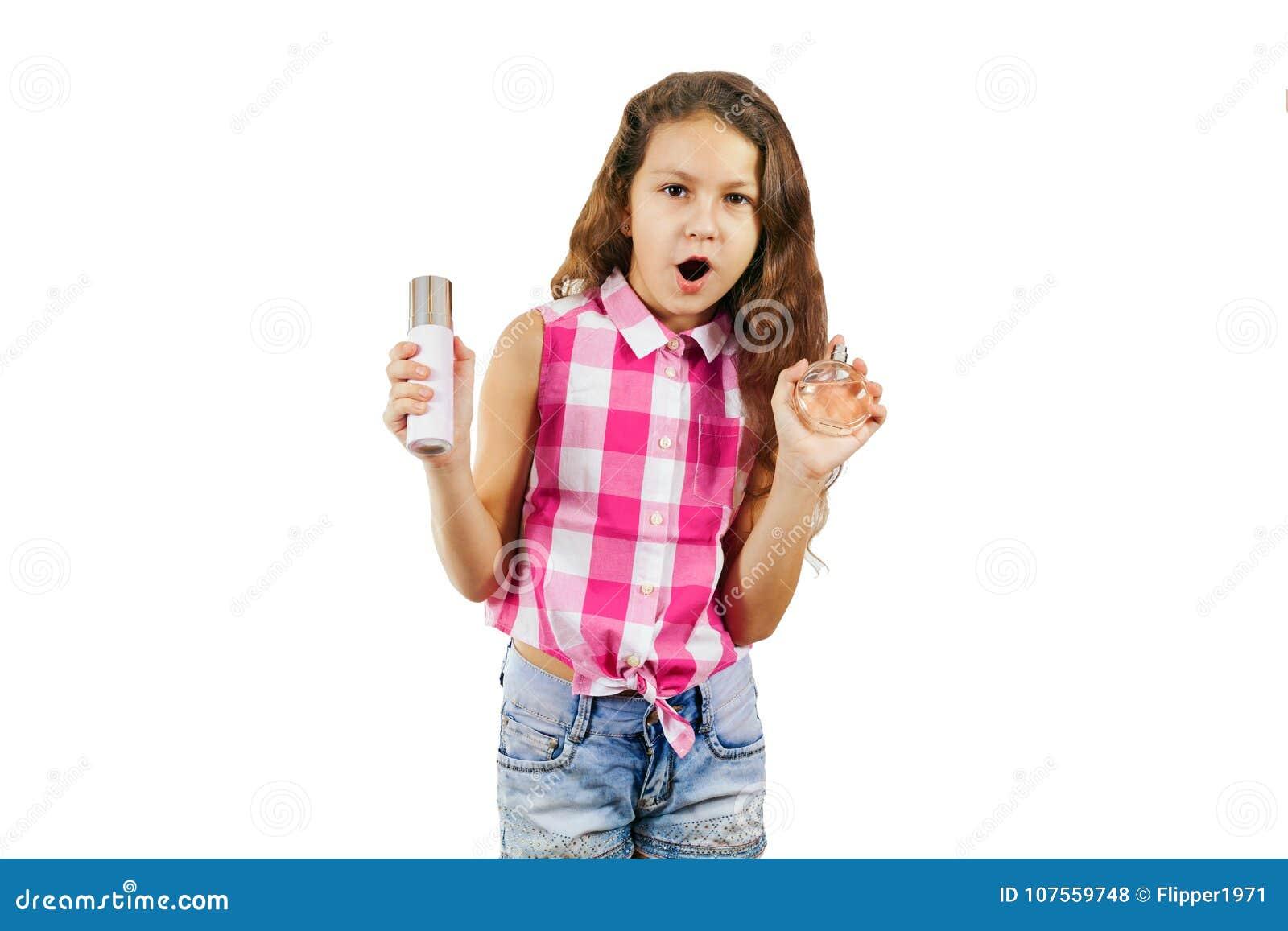 En gullig liten flicka i form av en glamorös diva med hårkammen och