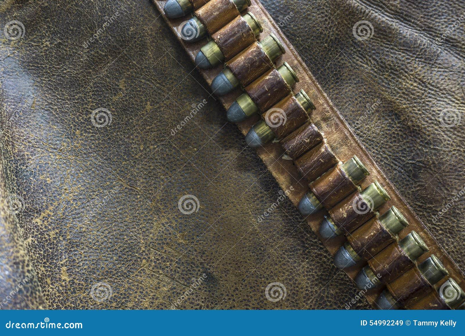 En Gunbelt med kulor på en sliten läderbakgrund