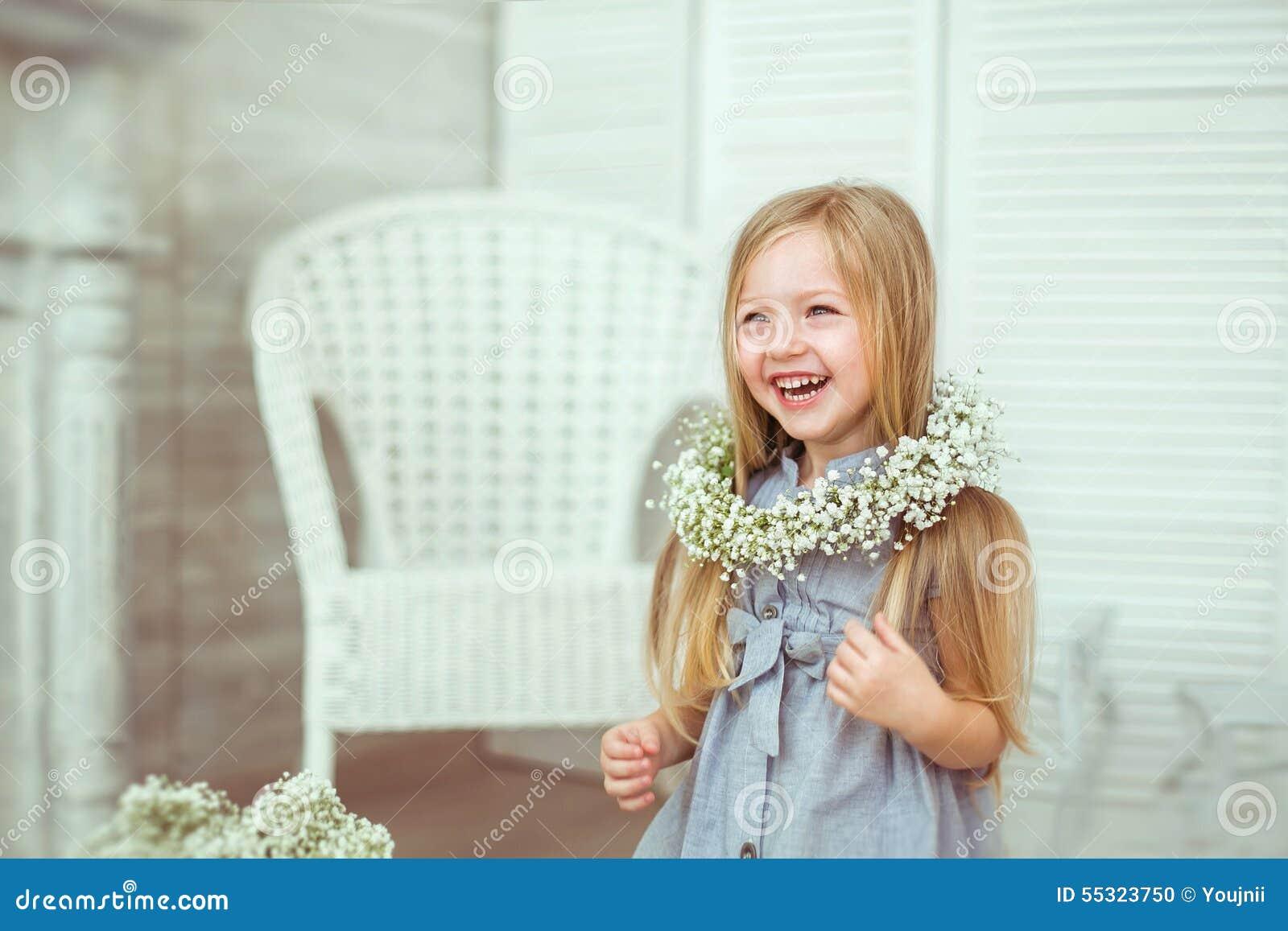 En härlig flicka grinar över hela hennes framsida