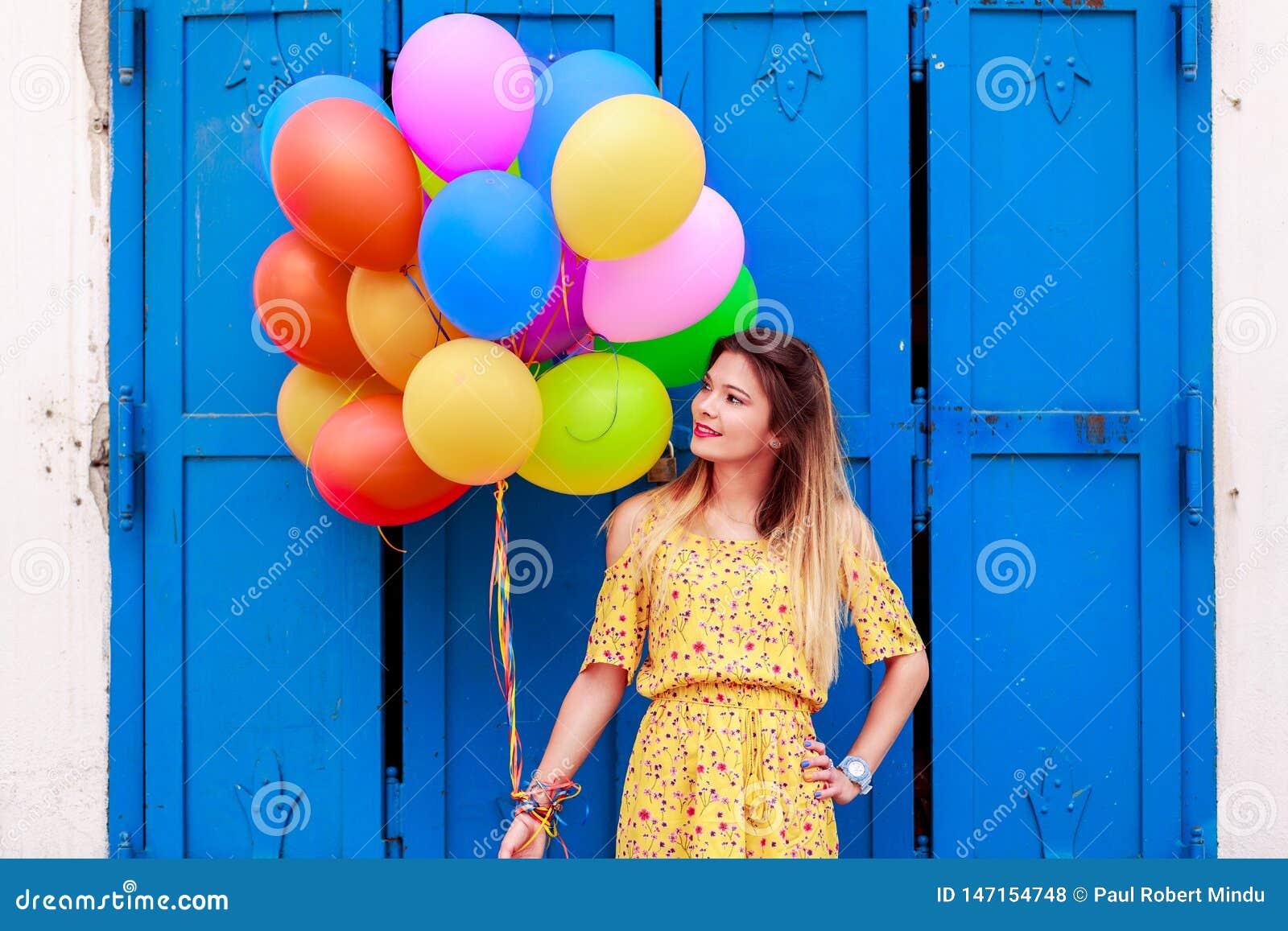 En härlig flicka med ballons i hand