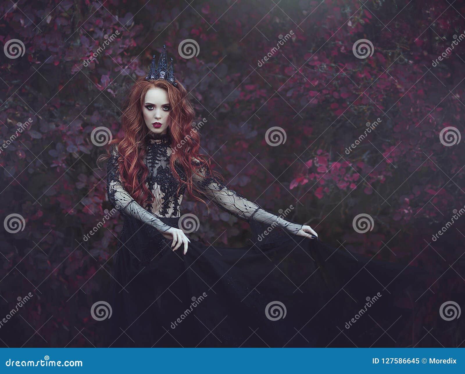 En härlig gotisk prinsessa med blek hud och långt rött hår som bär en krona och en svart klänning mot bakgrunden av burgundy le