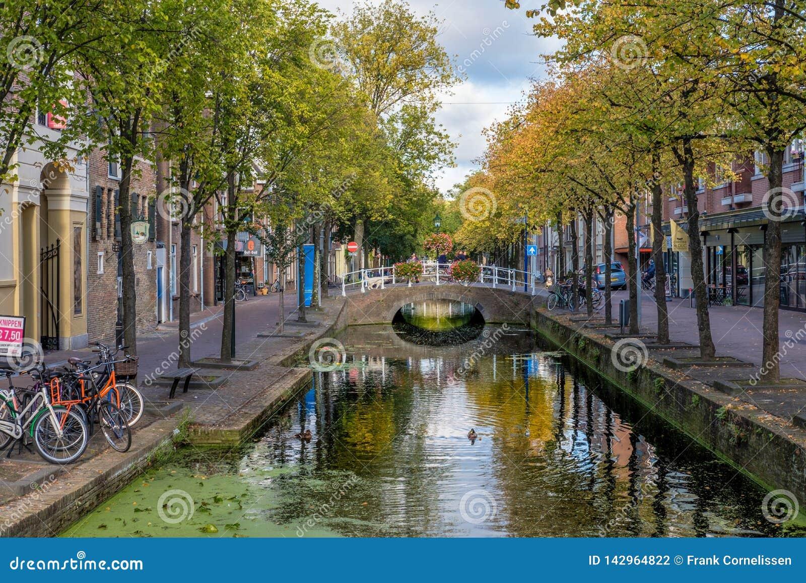 En härlig historisk gammal kanal i mitten av delftfajans, Nederländerna