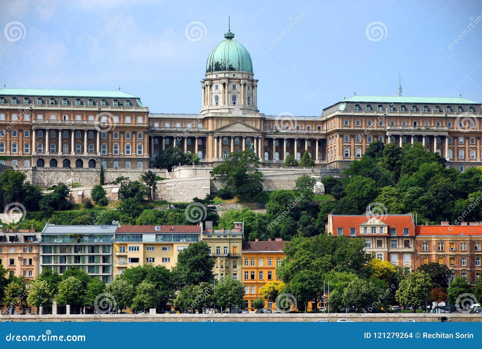En härlig panoramautsikt av Buda Castle