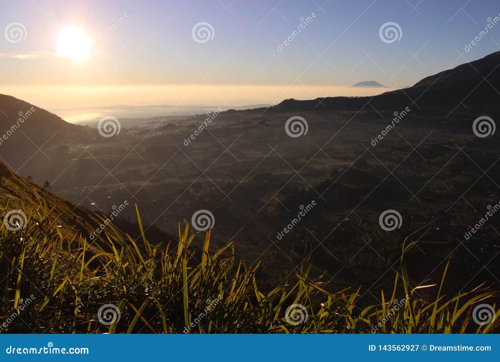 En härlig sikt från det Andong berget, Magelang, Indonesien