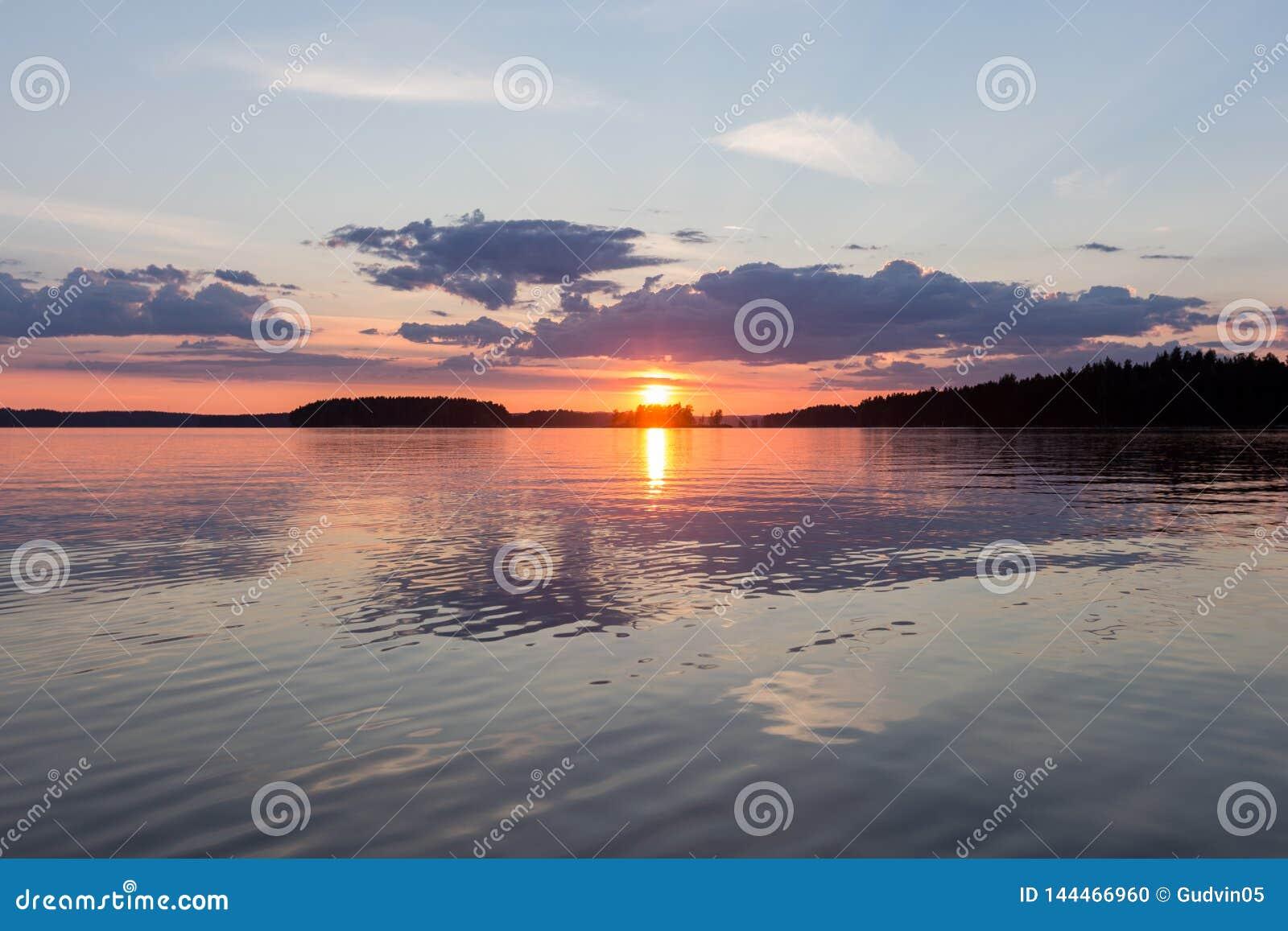 En härlig solnedgång på den lugna sjön finland