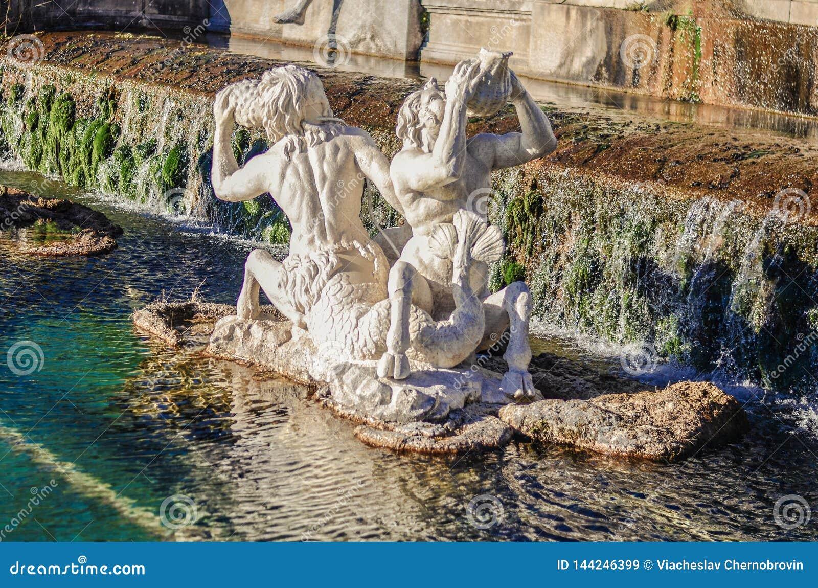 En härlig springbrunn med statyer och vaggar