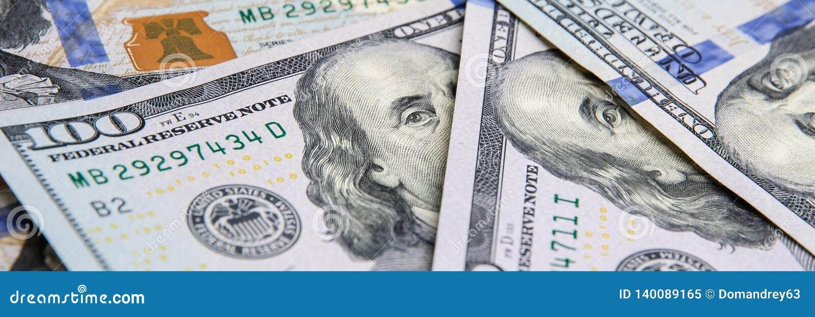 En hög av hundra USA-sedlar Kassa av hundra dollarräkningar, dollarbakgrundsbild
