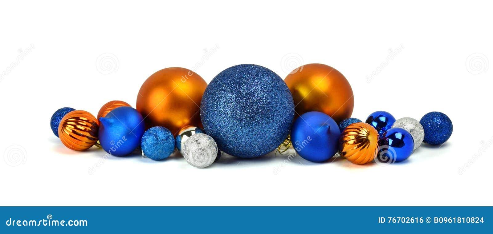 En hög av julprydnader, färgrika bollar / Isolerat på whi