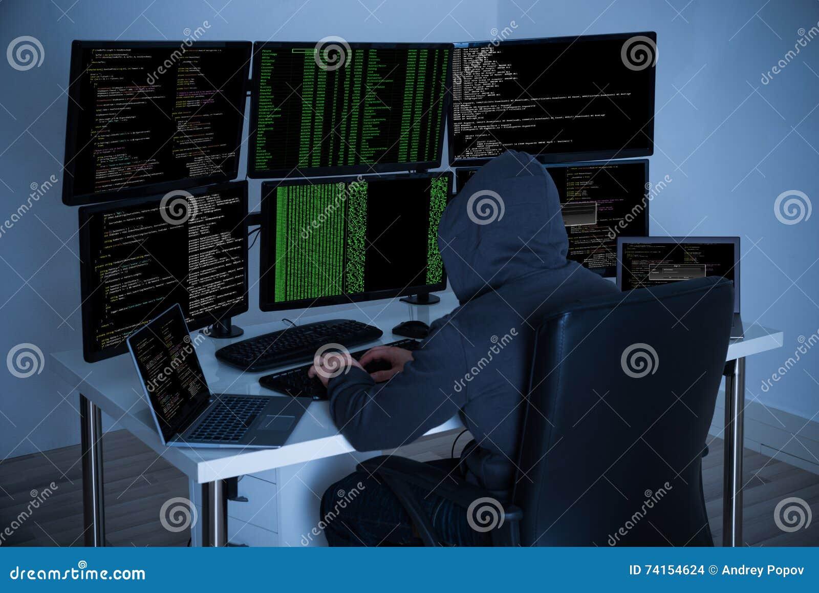 En hacker som använder datorer för att stjäla data