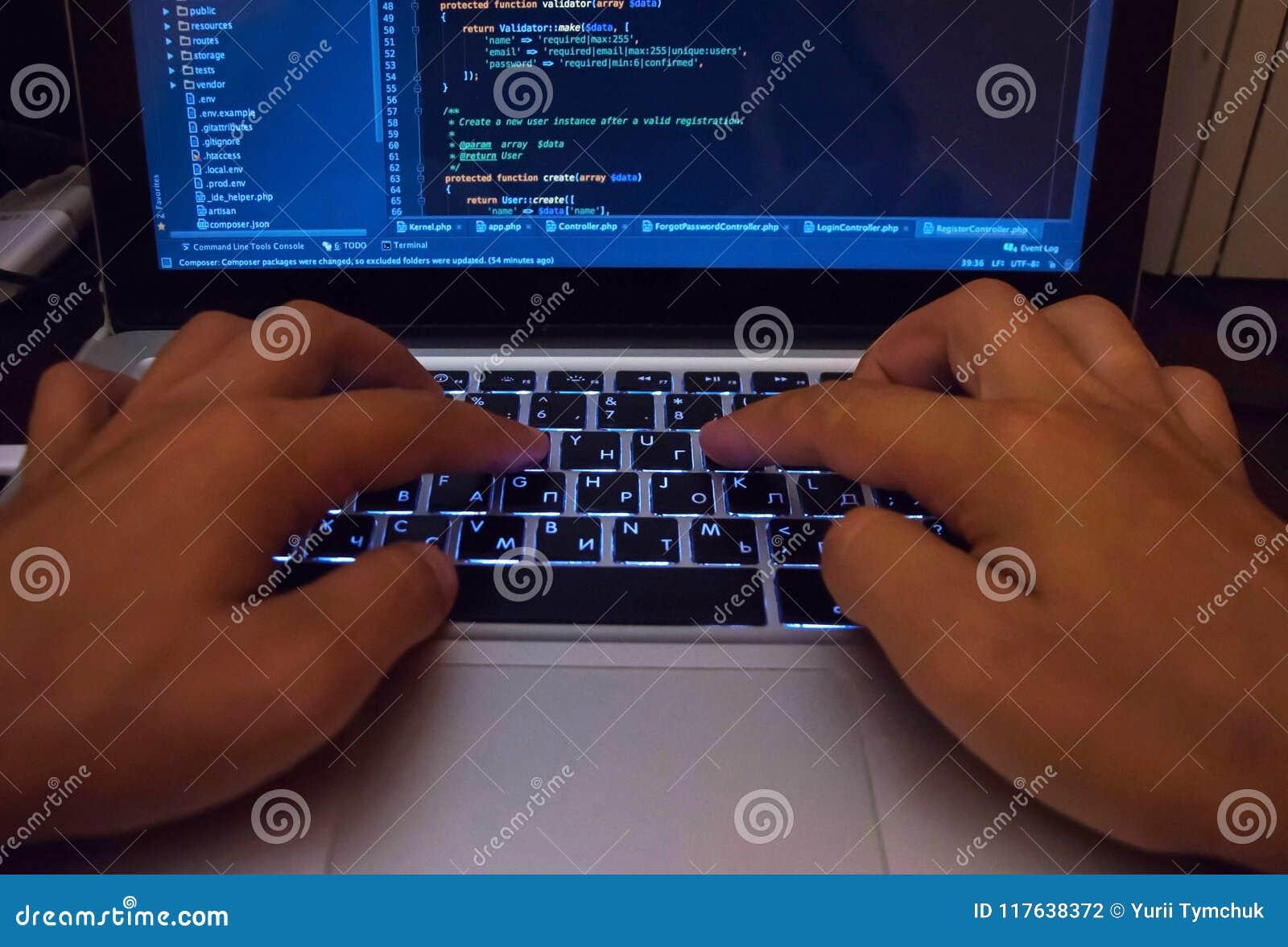 En hacker som bryter igenom det säkra systemet i cyberspace