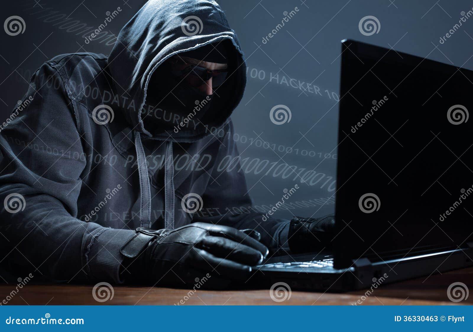 En hacker som stjäler data från en bärbar dator
