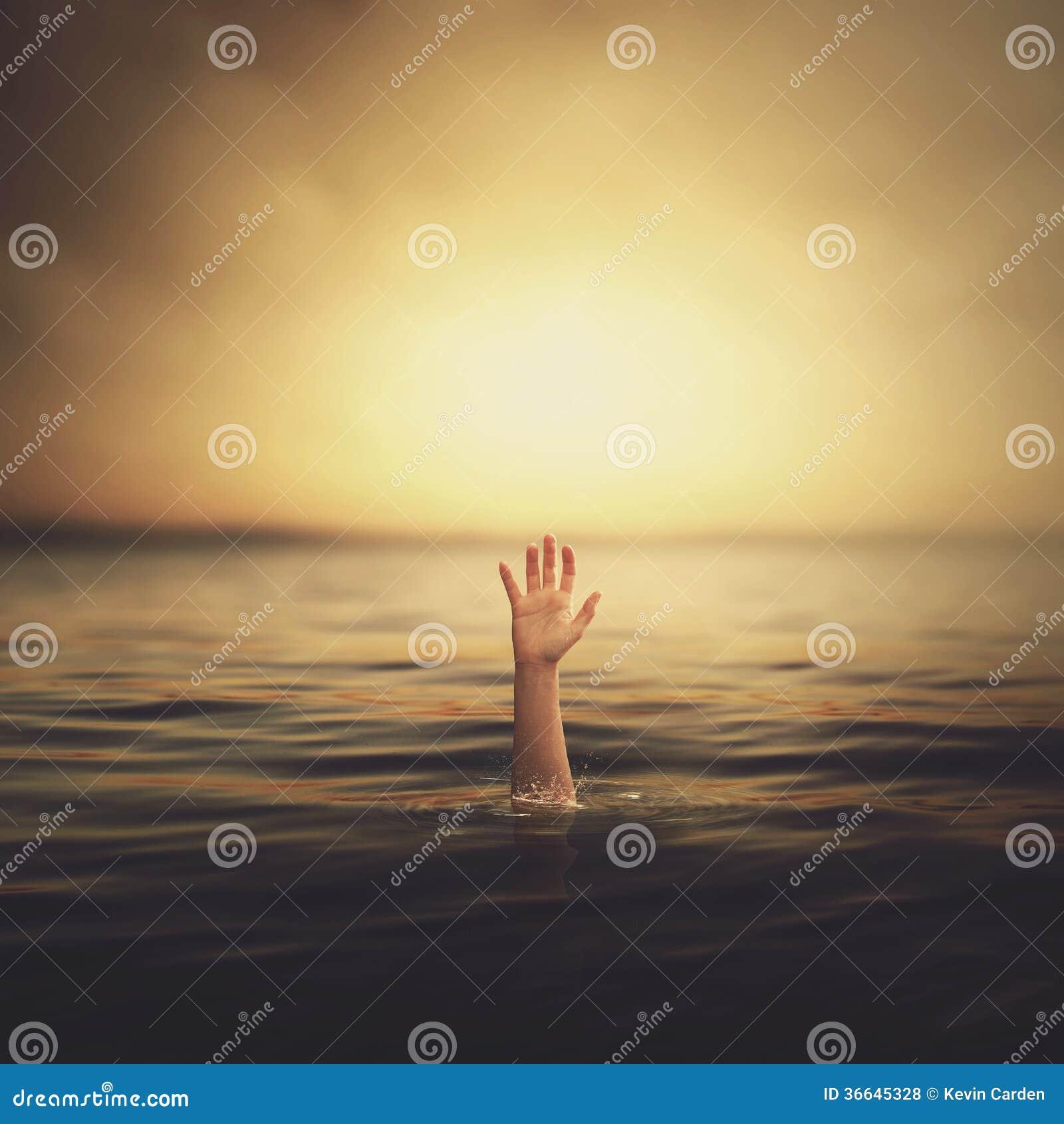En hand som kommer ut ur vattnet