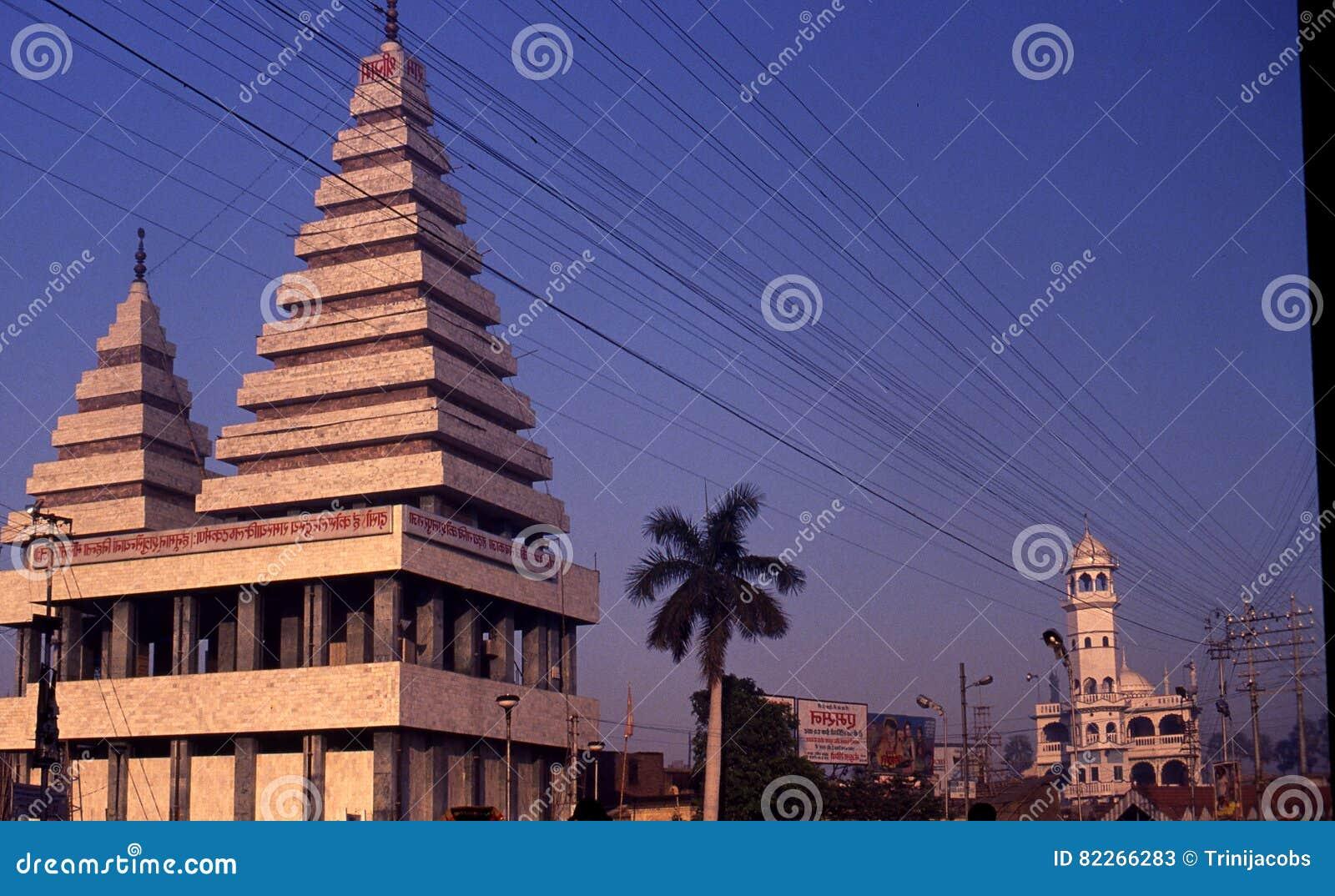 En hinduisk tempel & en moské på Patna, Indien