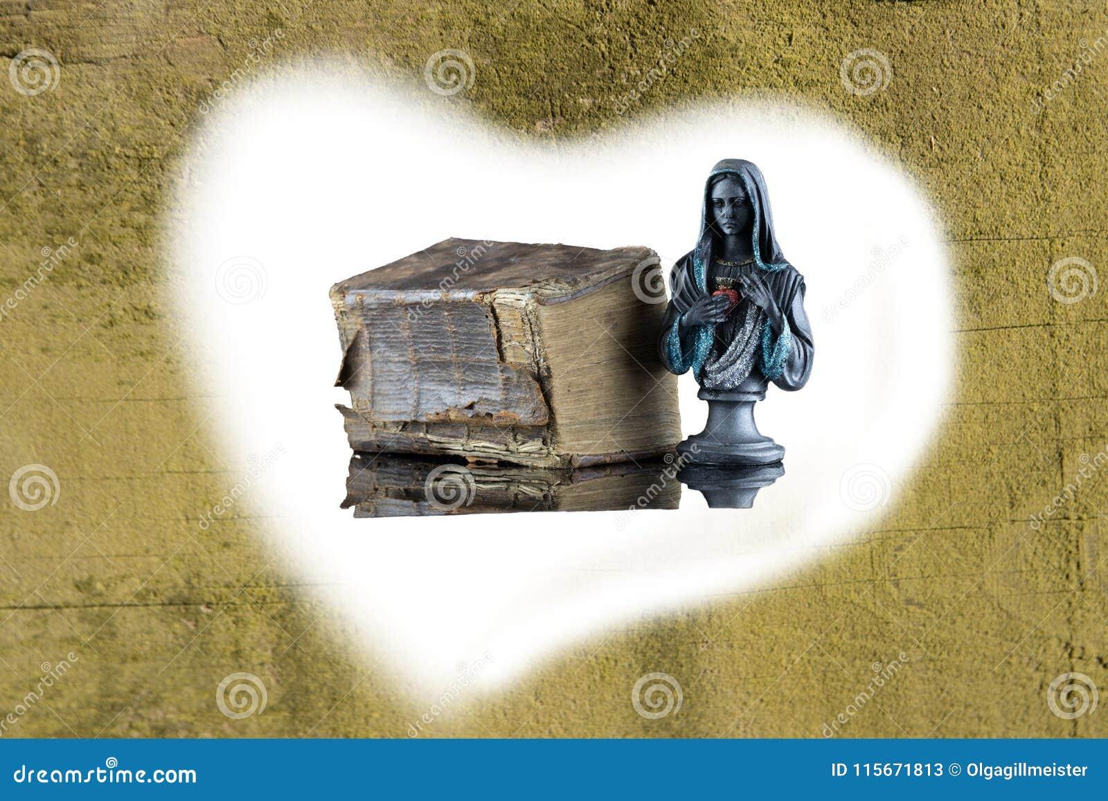 En historisk helig bibel och en Madonna skulptur är bifogade förbi