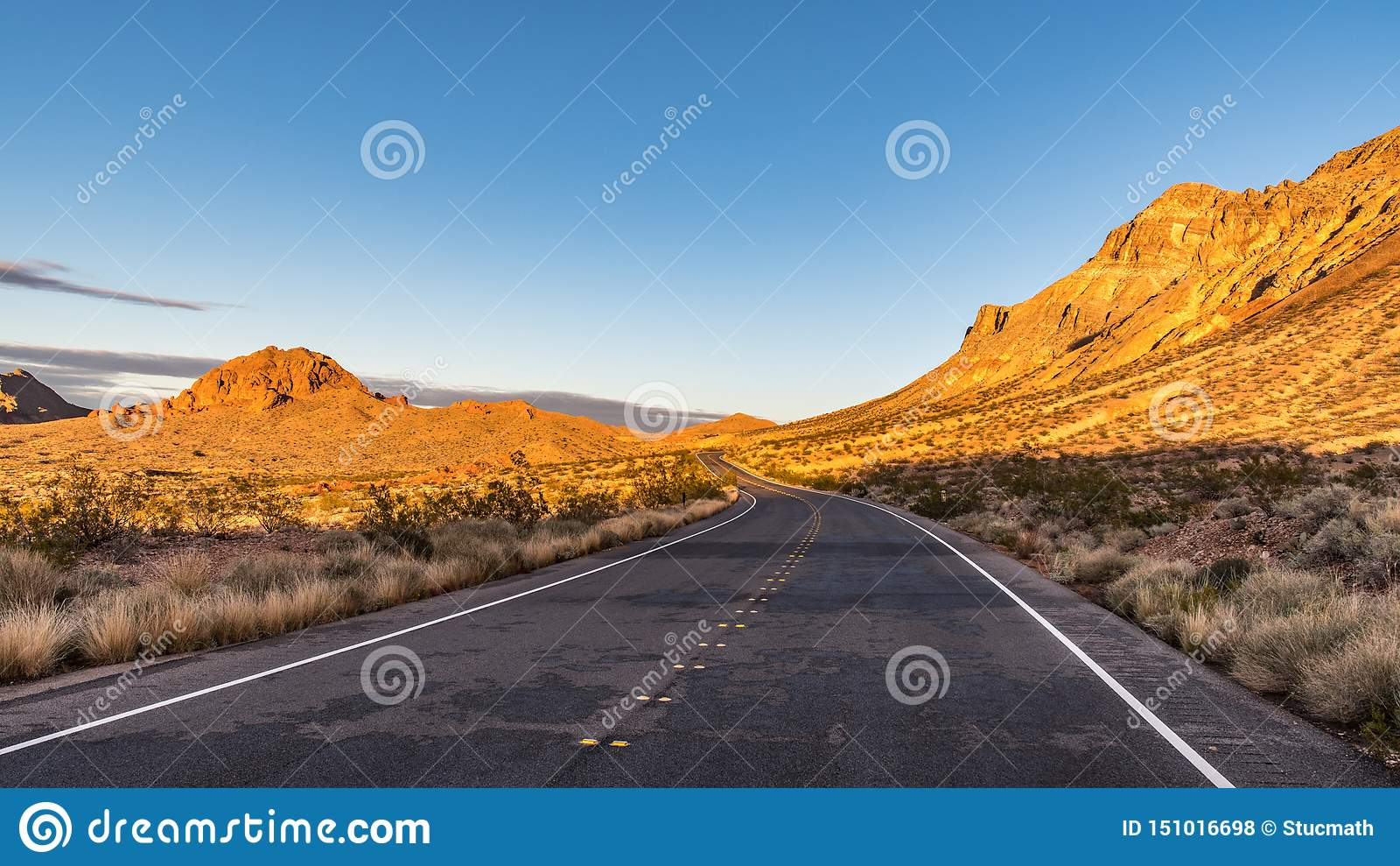 En huvudväg i öken sjön Mead National Recreation Area Nevada