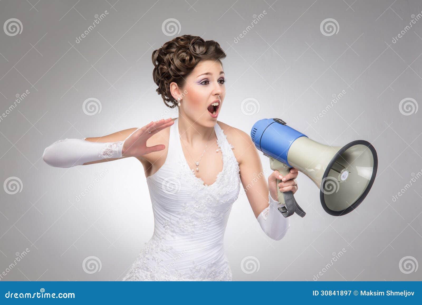 En ilsken brud som ropar med en megafon