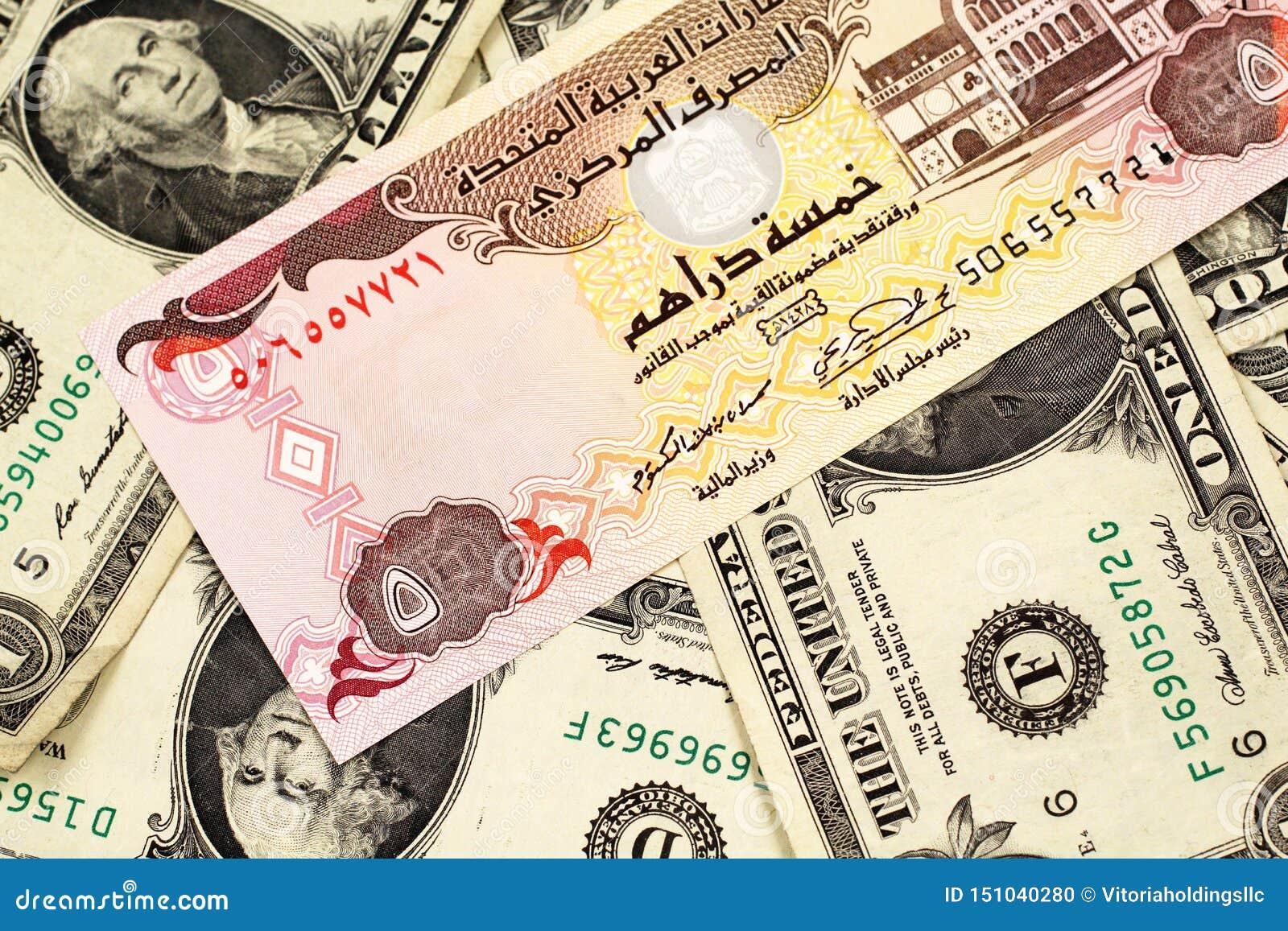 En en jordansk dinar på en bakgrund av amerikanen en dollar räkningar