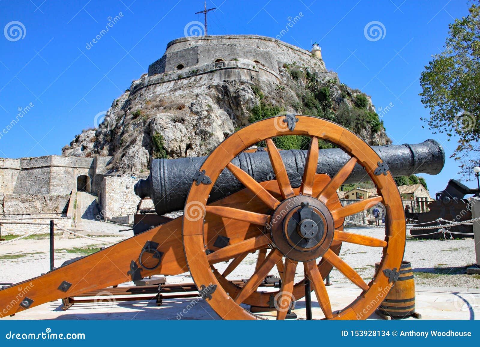 En kanon framme av den gamla fästningen i den Korfu staden, Korfu, Grekland
