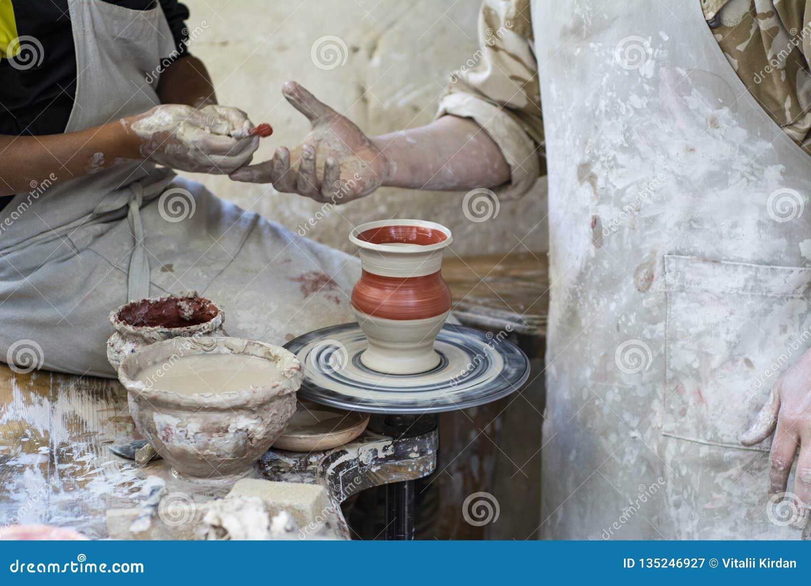 En keramiker undervisar ett barn