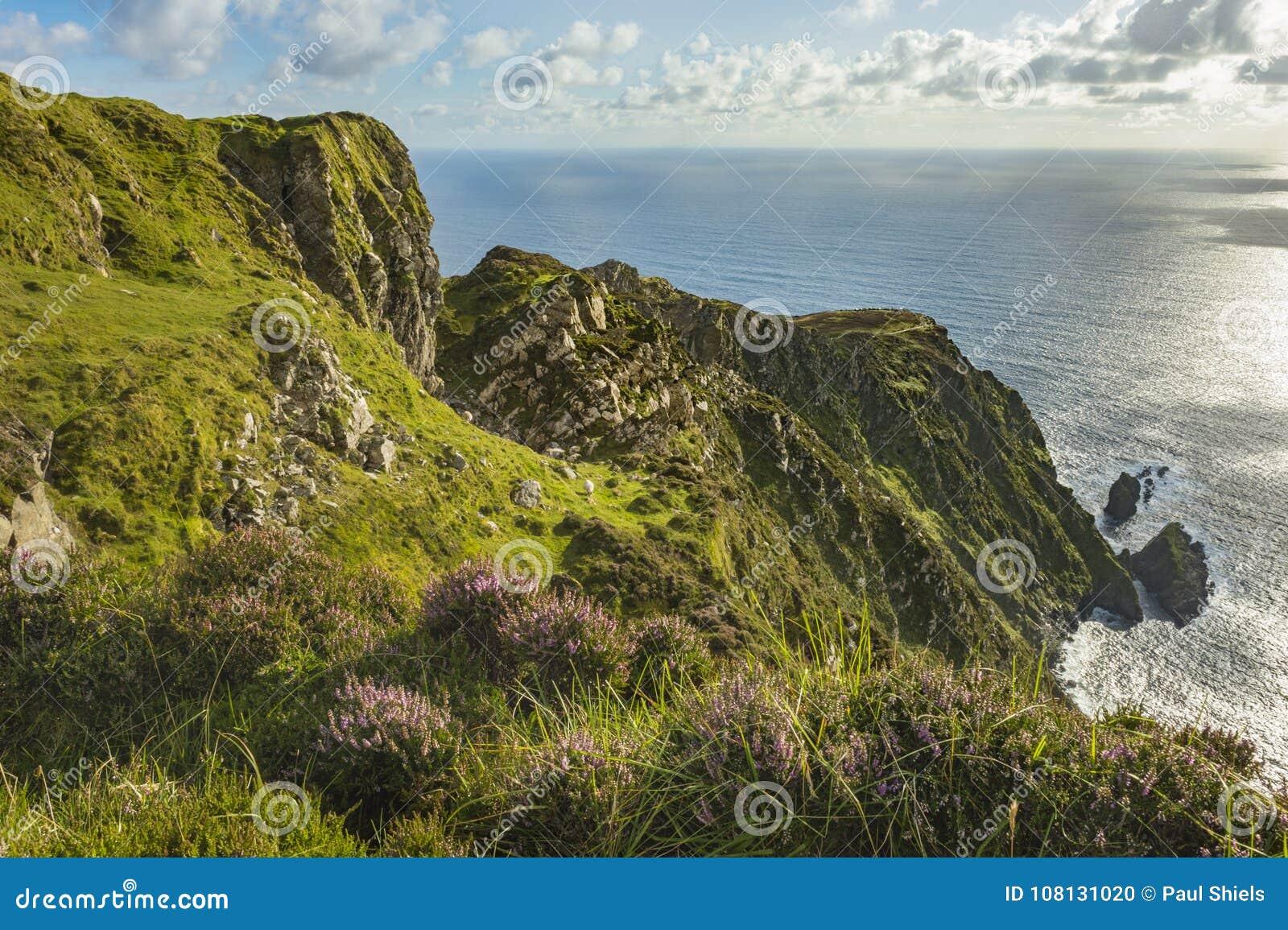 En klippa på Sliabh Liag, Co Donegal på en solig dag