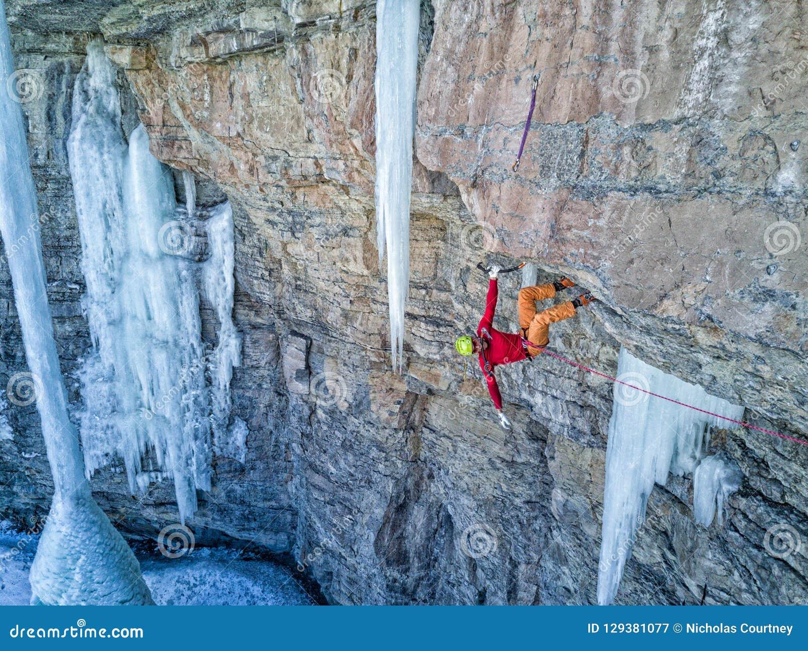 En kompetent klättrare i Vail, Colorado
