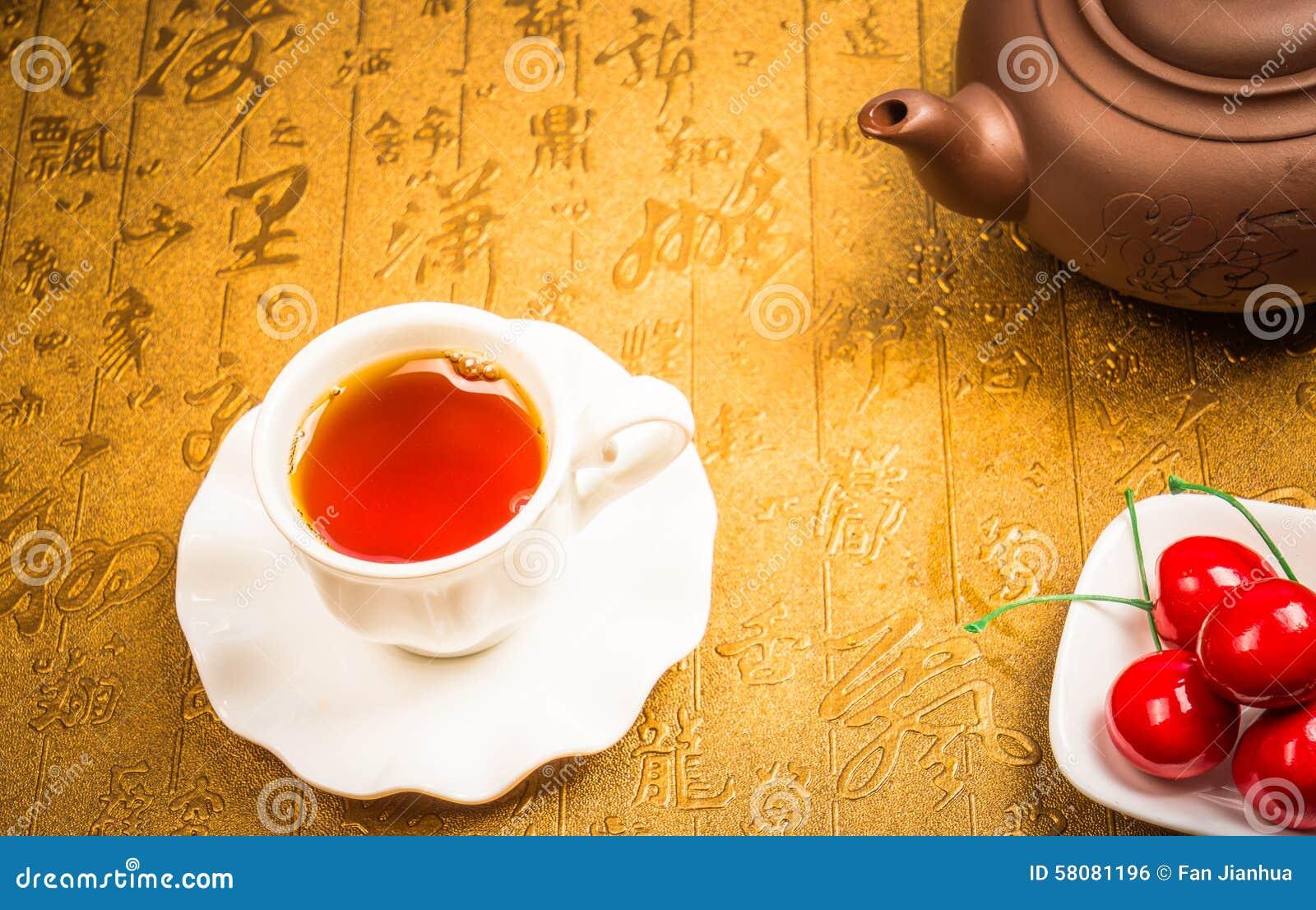 En kopp av helt te för bladlapsangsouchong, ett rikt rökigt smaksatt te