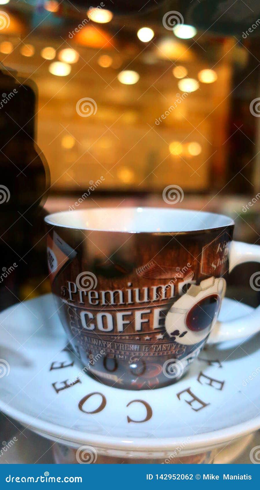 En kopp av mörkt kaffe i natten