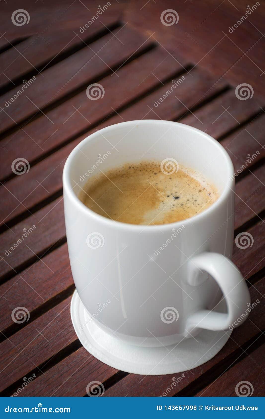 En kopp kaffe p? en tr?tabell