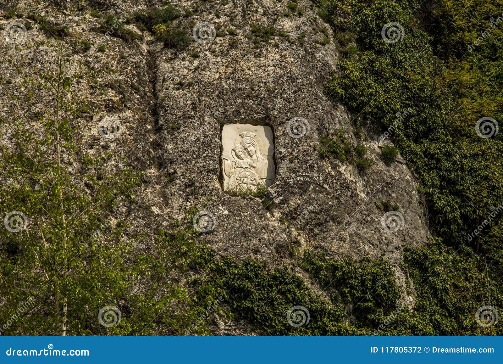 En kristen symbol är i en vagga