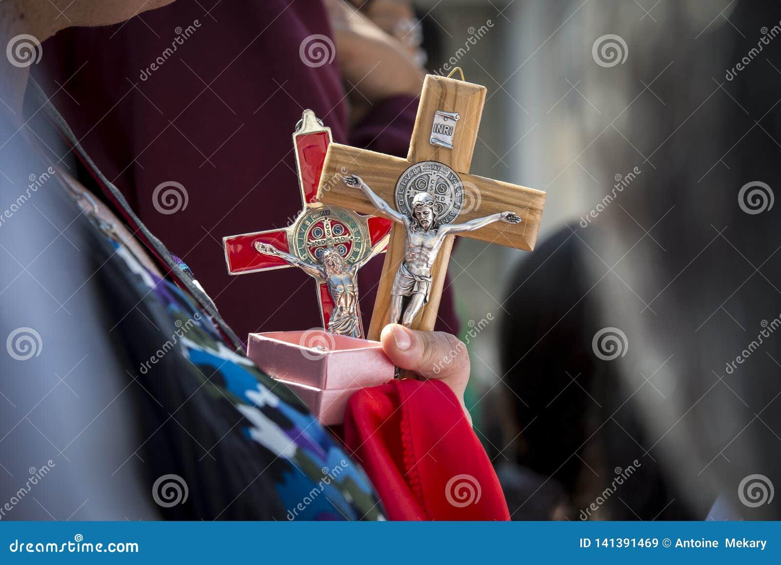 En kvinna rymmer det Jesus Christ korset