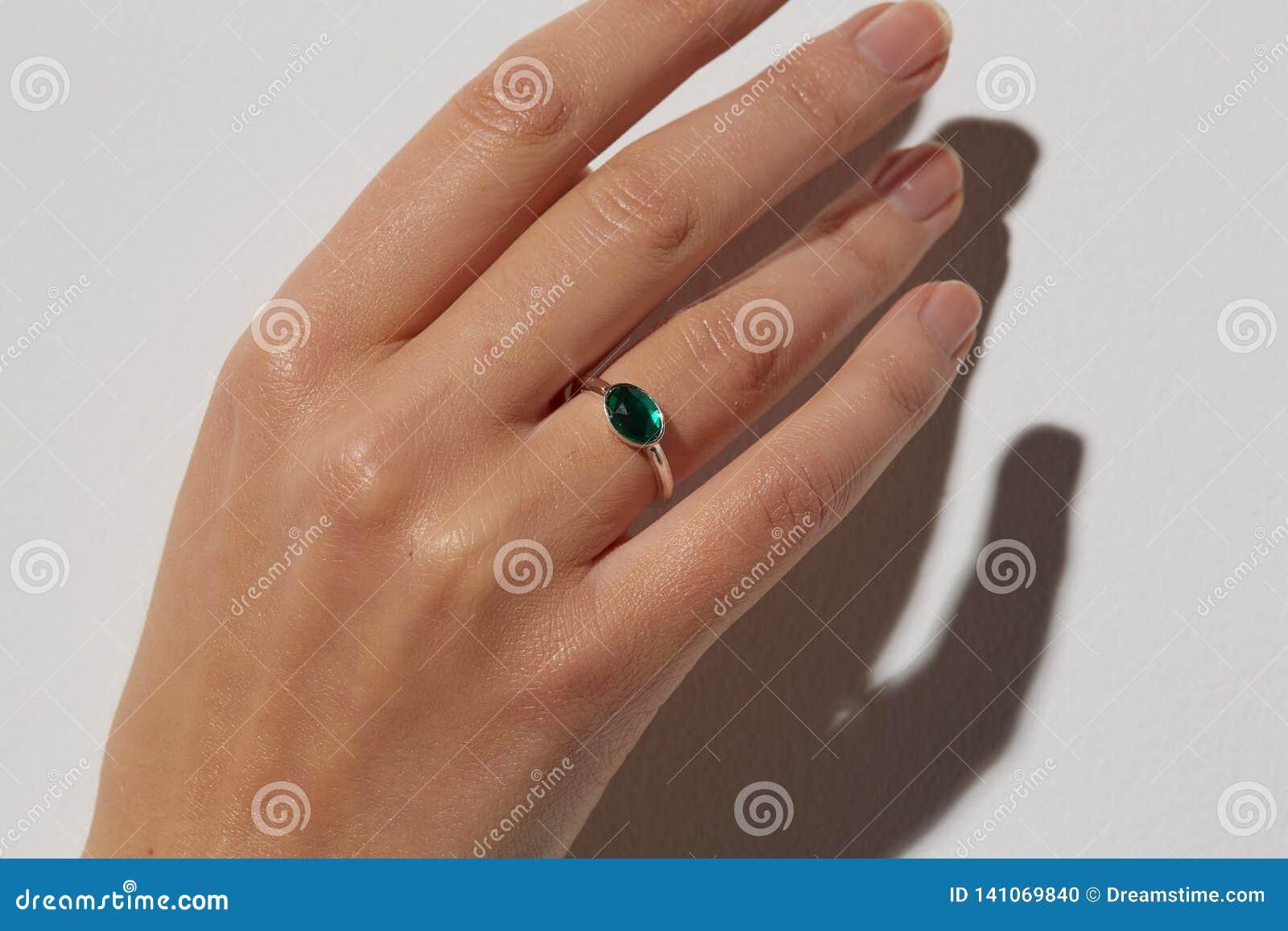 En kvinnas hand med en cirkel