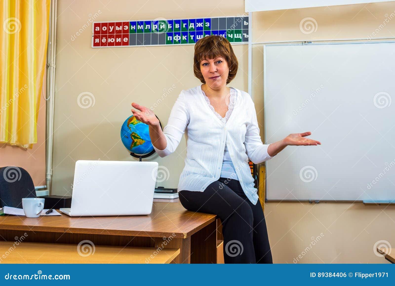 En lärarinna i ett klassrum rymmer en kurs