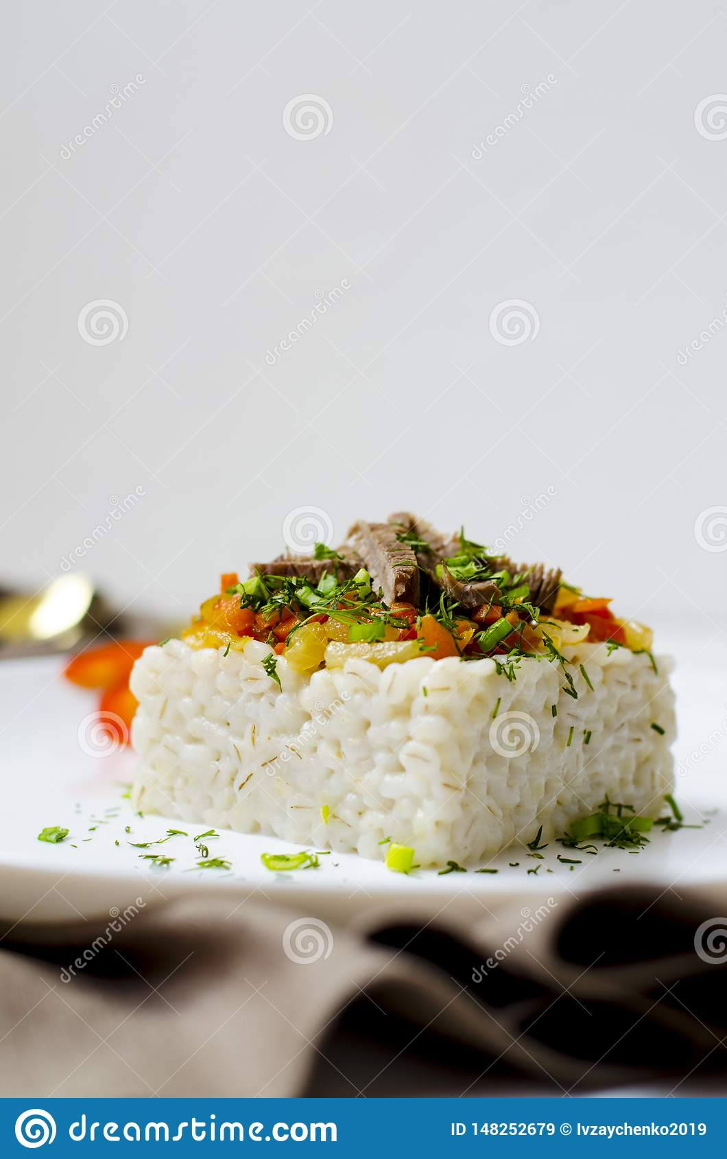 En la cebada blanca del fondo las gachas de avena se sirven en una placa blanca, en el vajilla del fondo se sirve con una servill