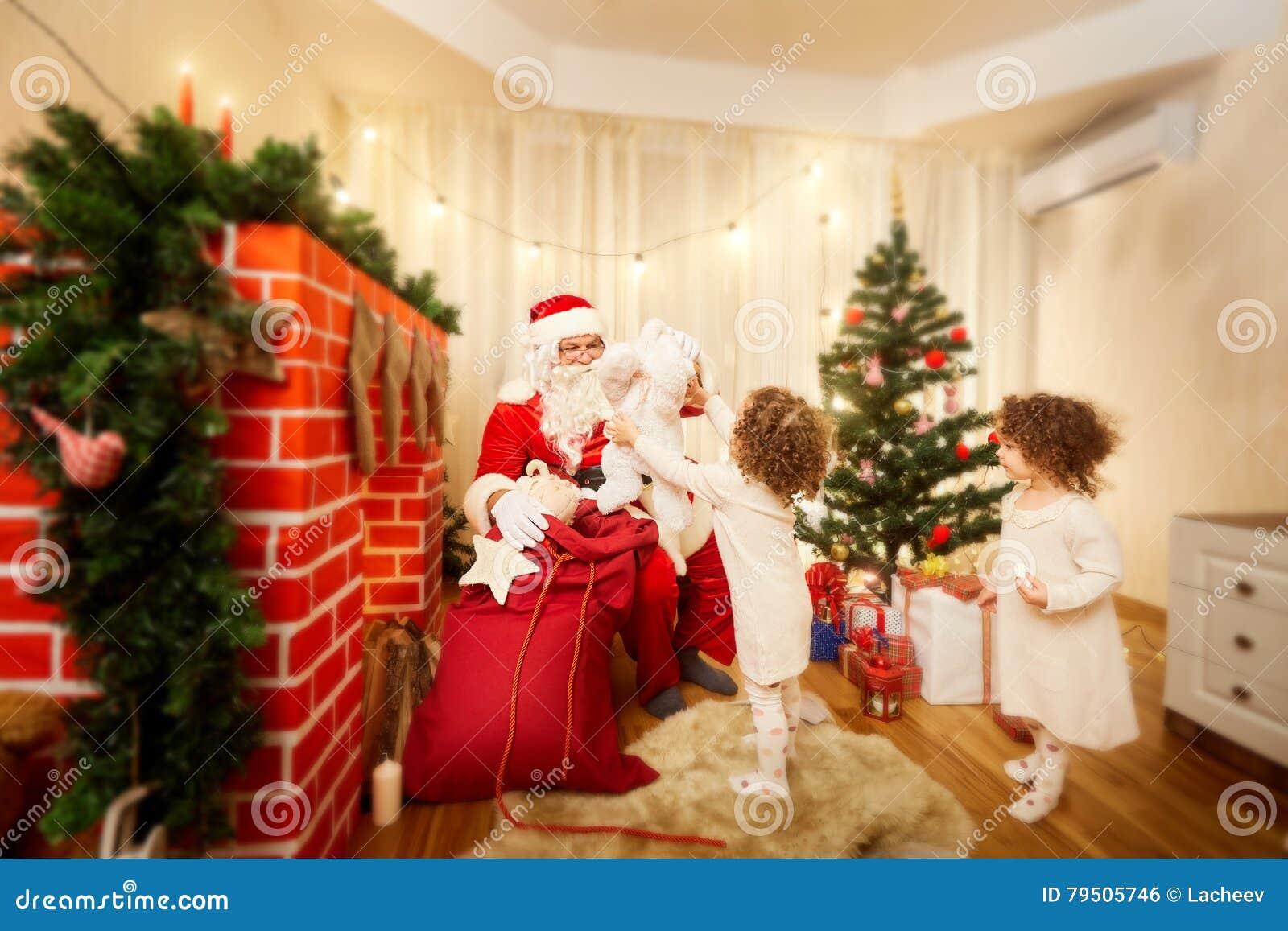 En la Navidad Santa Claus distribuye los regalos a los niños fuera de t