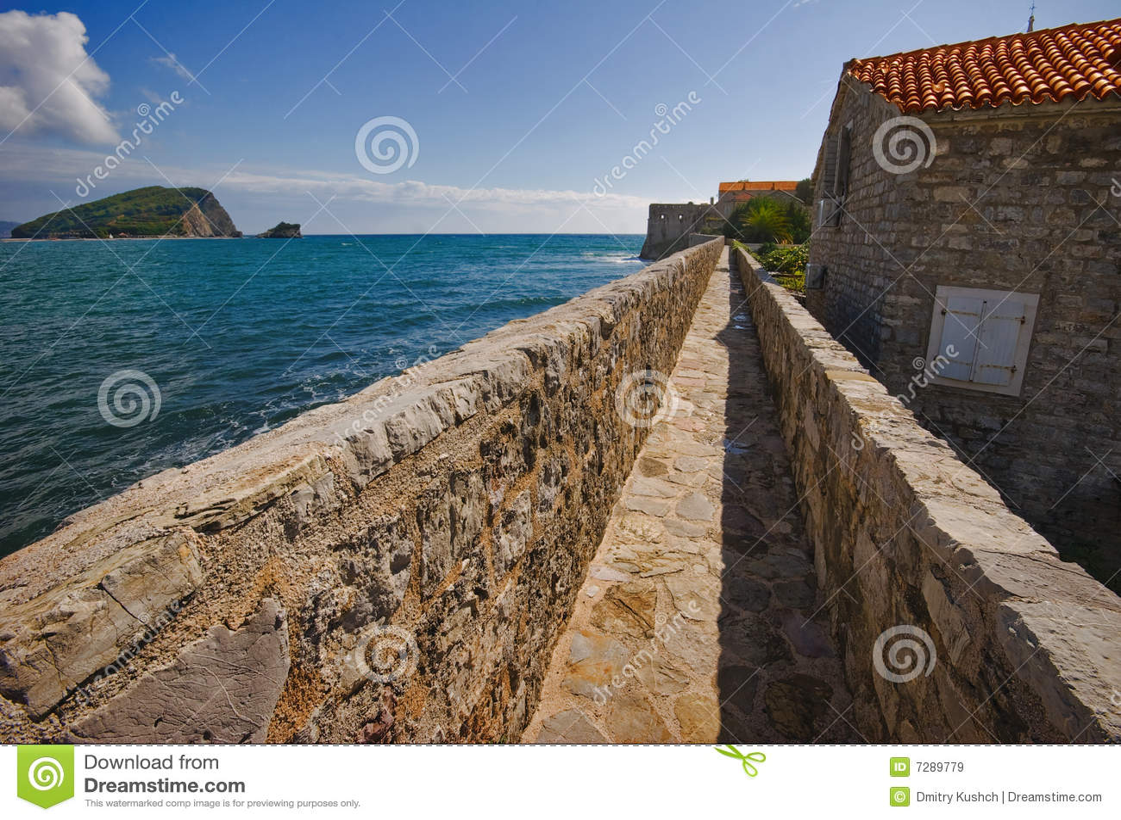 En la pared de Budva viejo