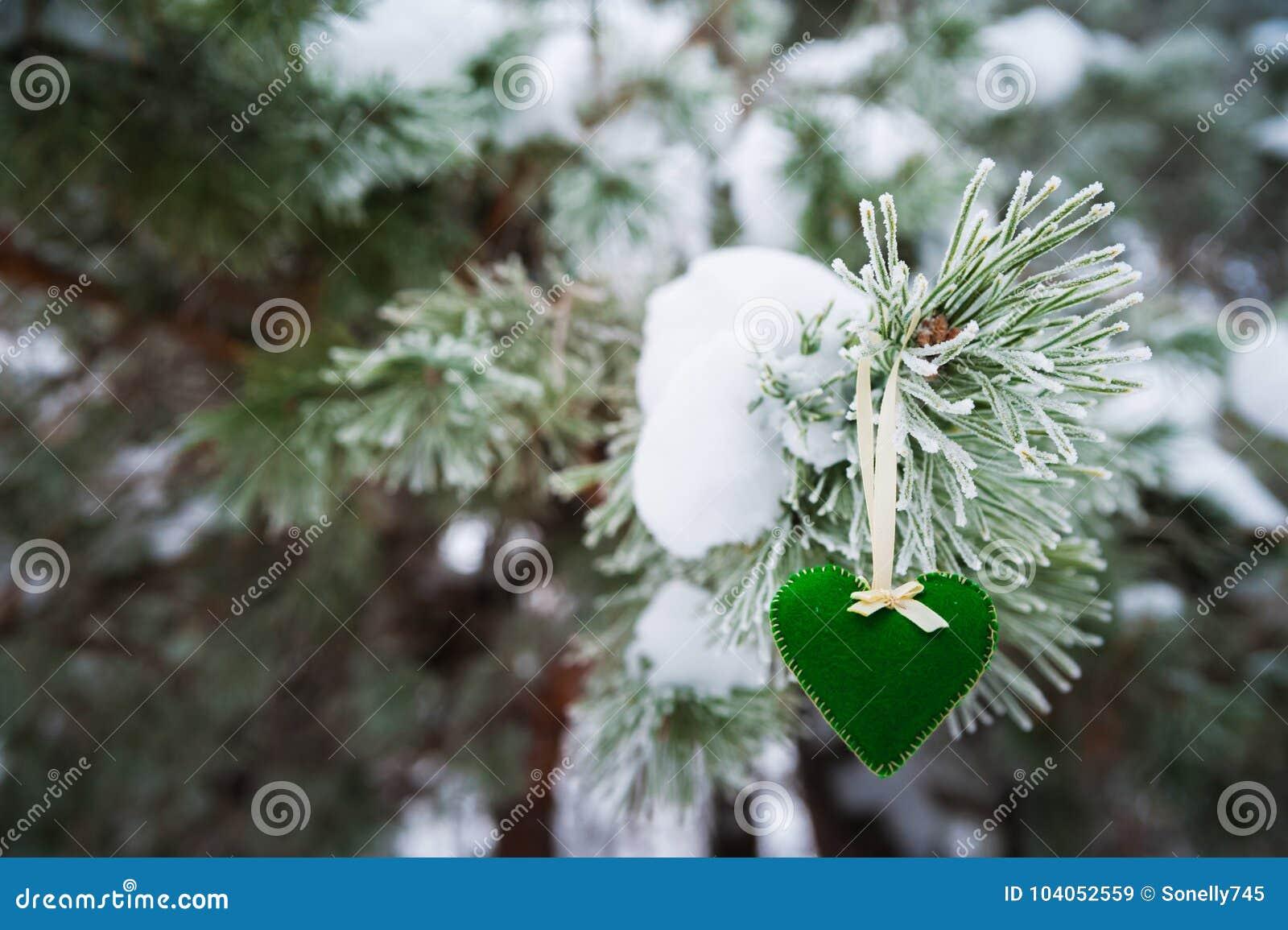 94d38f4f375 En La Rama Nevada De árboles De Navidad