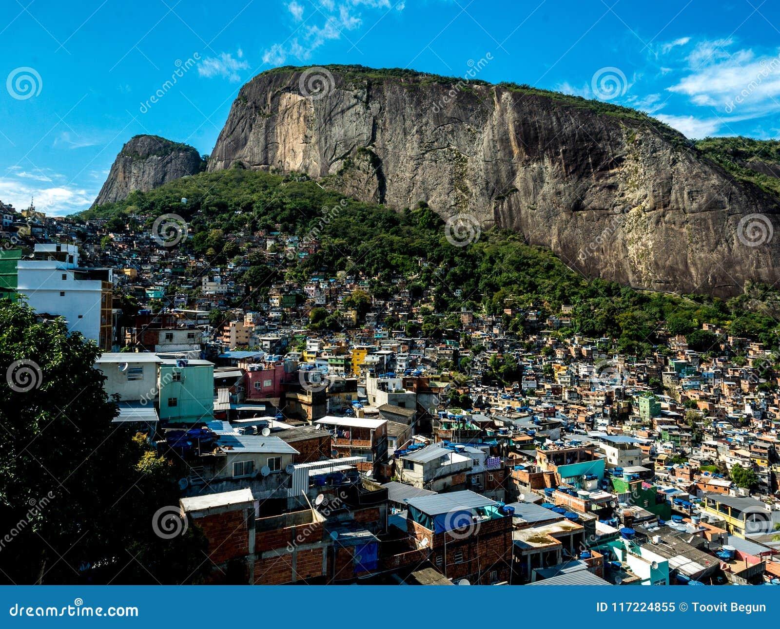 En landskapsikt av en berömd rocinhafavela under en vagga i Rio de Janeiro, Brasilien