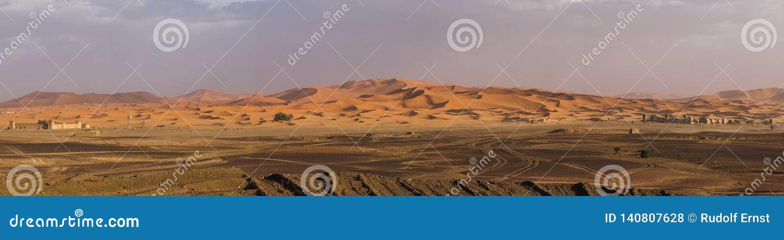 En las dunas del ergio Chebbi cerca de Merzouga en Marruecos del sudeste