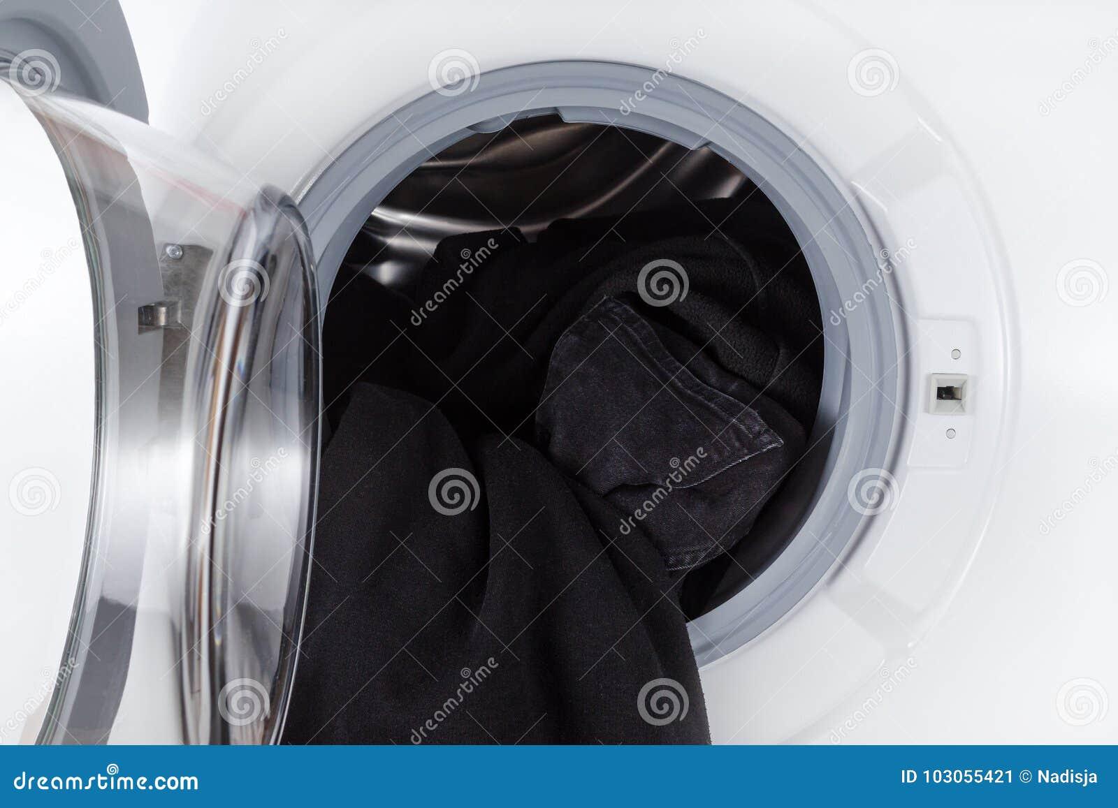 En lavant les vêtements noirs, ouvrez le plan rapproché de machine de lavage
