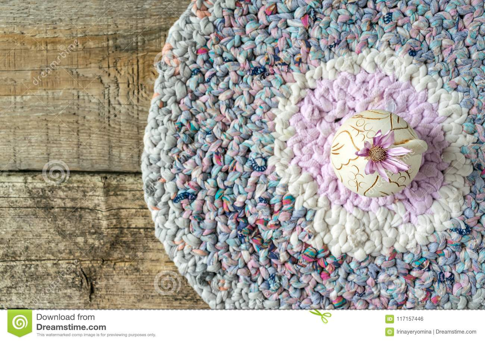 En lila blomma Xeranthemum på den runda leravasen på stucken lapp