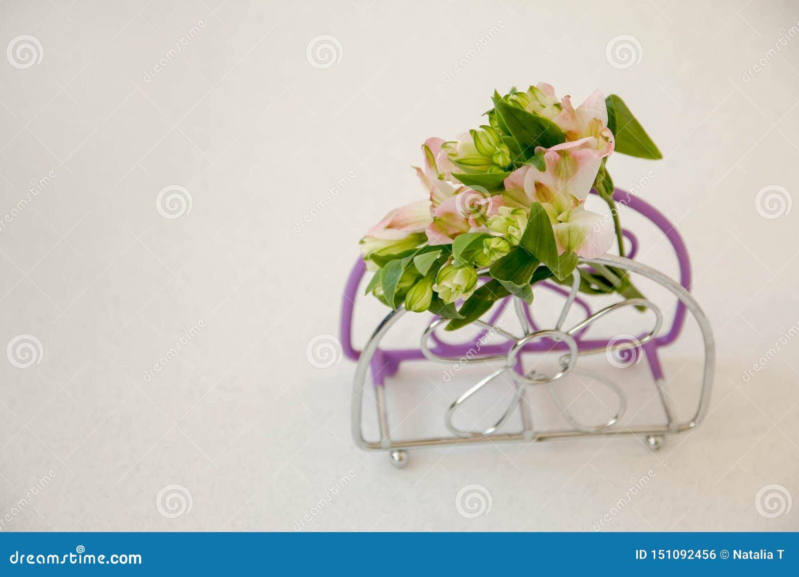 En liten bukett av blommor, på servettställningen