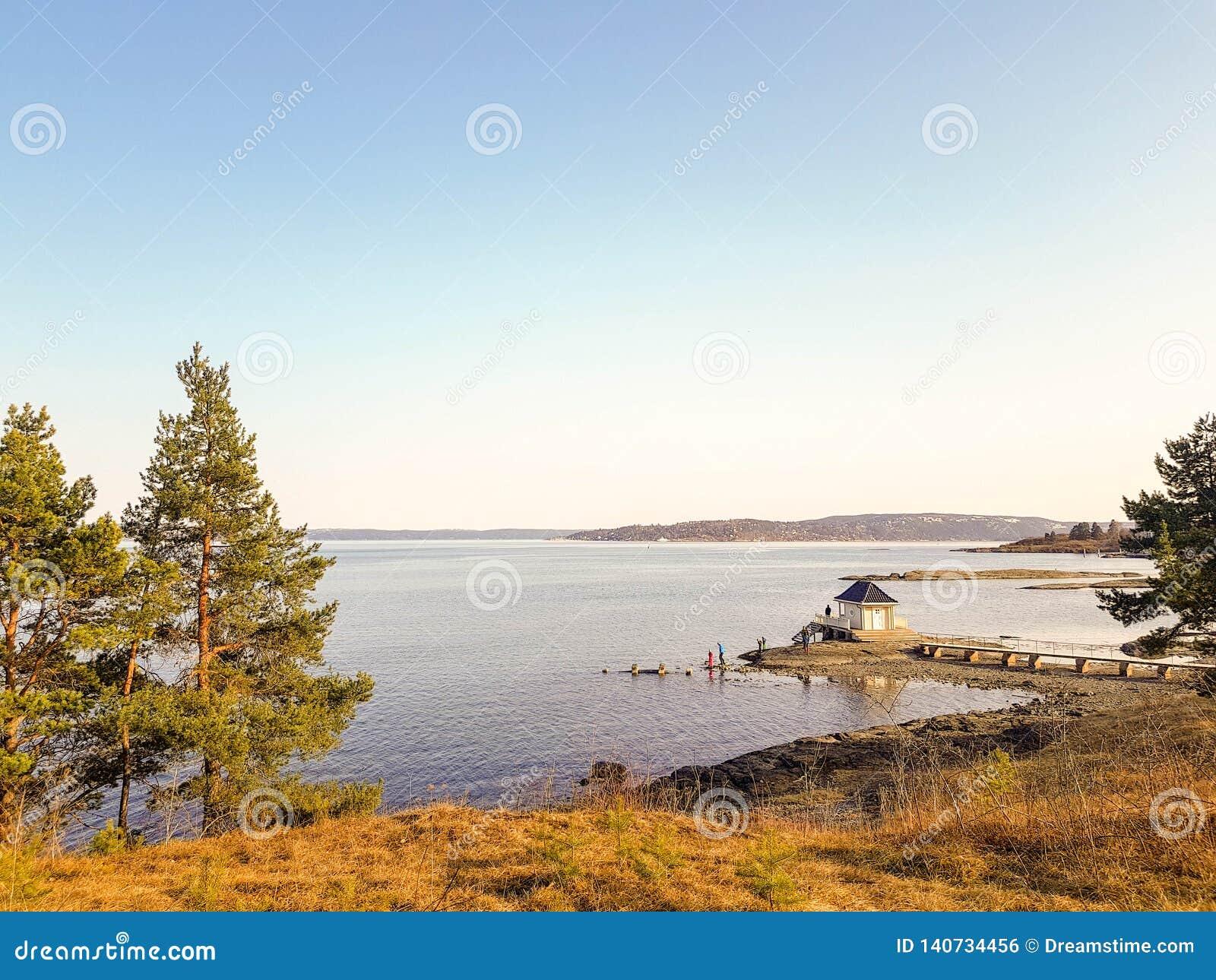 En liten träkabin någonstans på den norska fjärden, Oslo, Norge