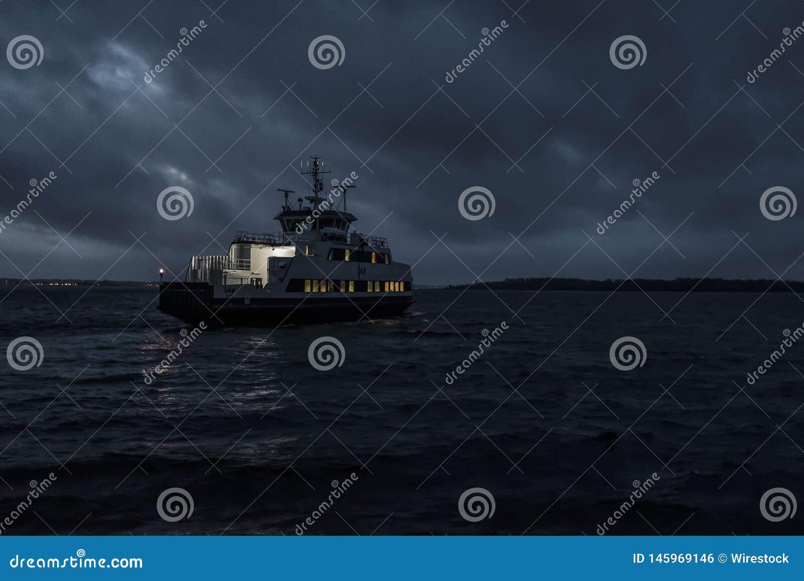 En liten turnera fartygsegling på natten