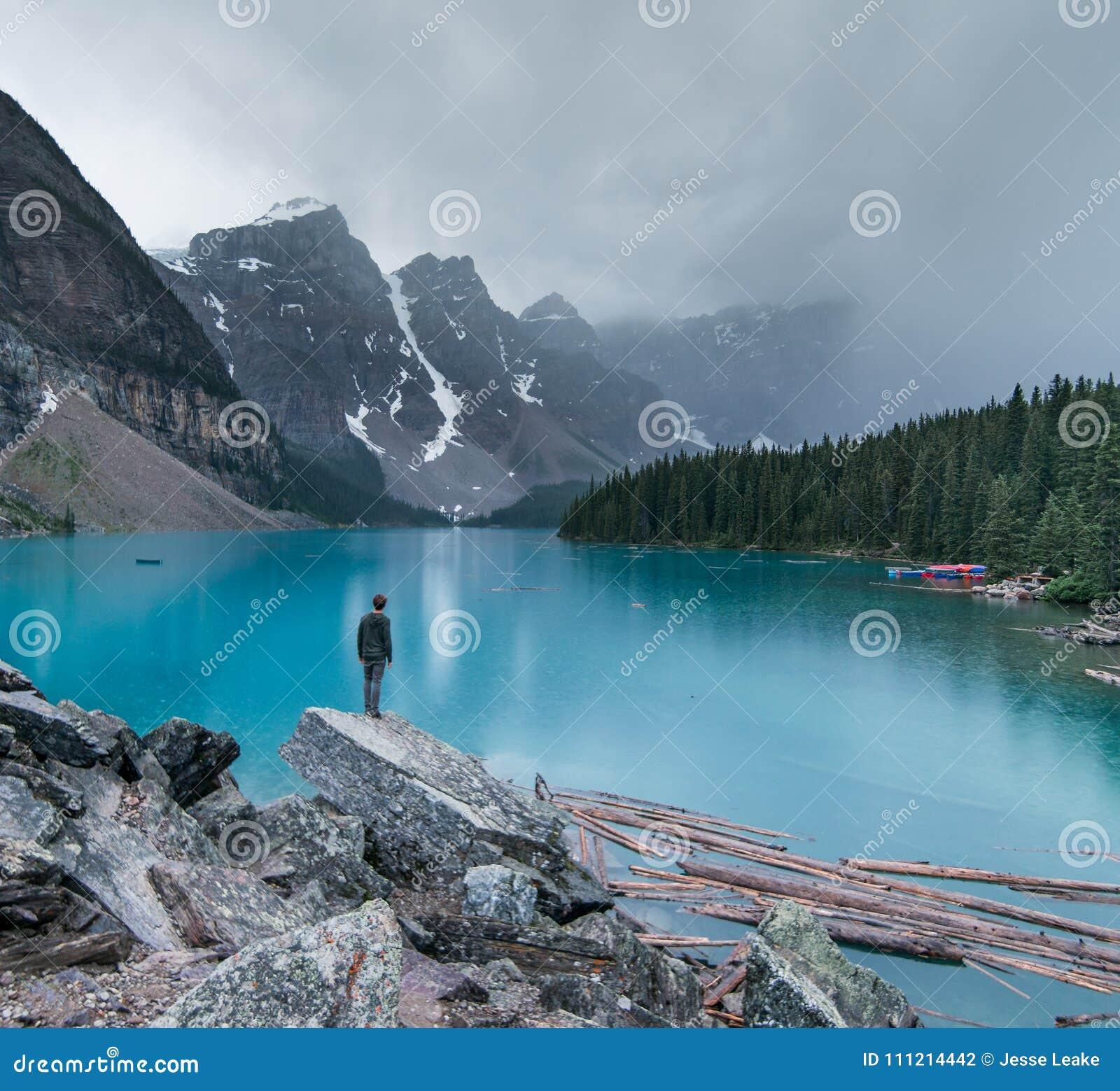 En lynnig afton på morän sjön i den Banff nationalparken