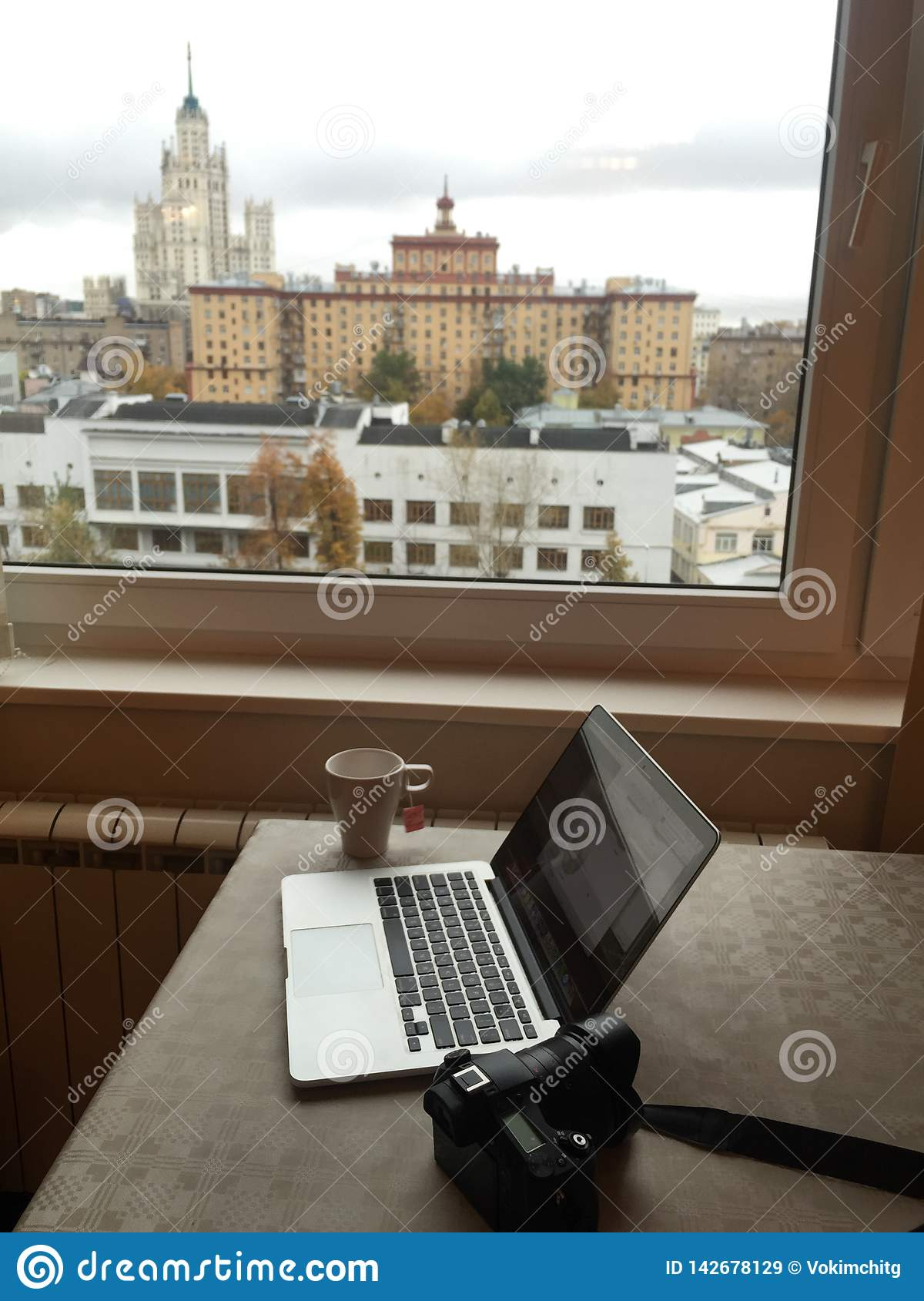 En Macbook med den digitala kameran