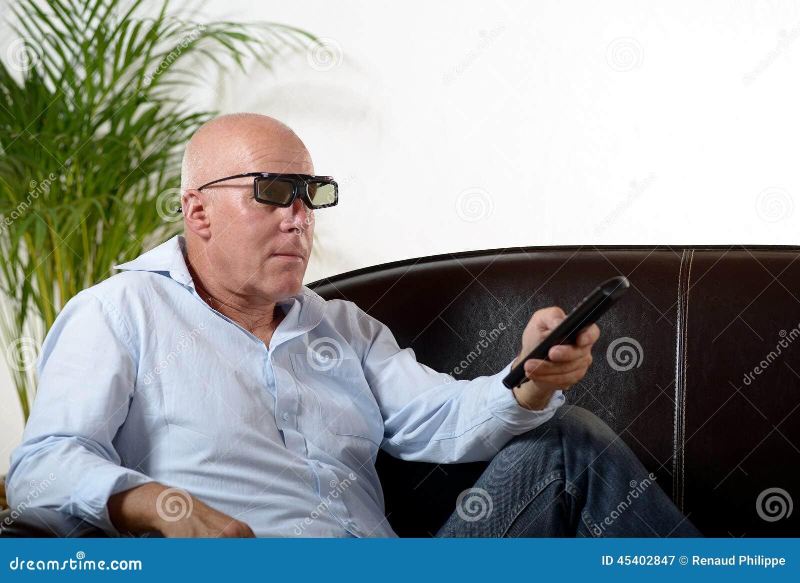 En man av mogen ålderklockaTV