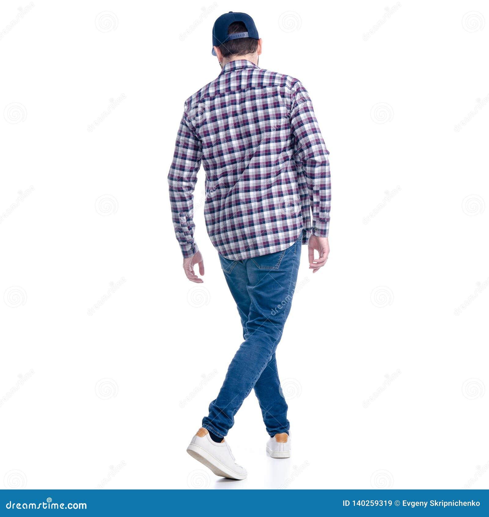 En man i jeans, skjorta och lock går att gå